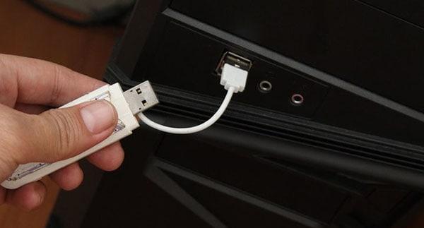 plug thumb drive to computer